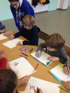 Les élèves de l'école primaire Avé Maria dessinent leurs loisirs pour les enfants de Casablanca.